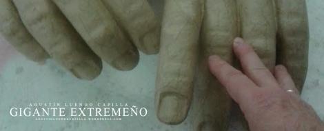 Detalle de las manos de la estatua