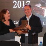 Dra. Guadalupe Borge recogiendo el premio
